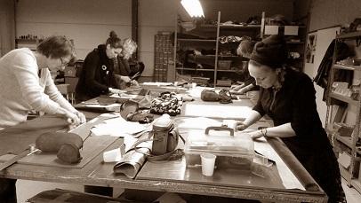 Cursisten bij de workshop tassen maken.